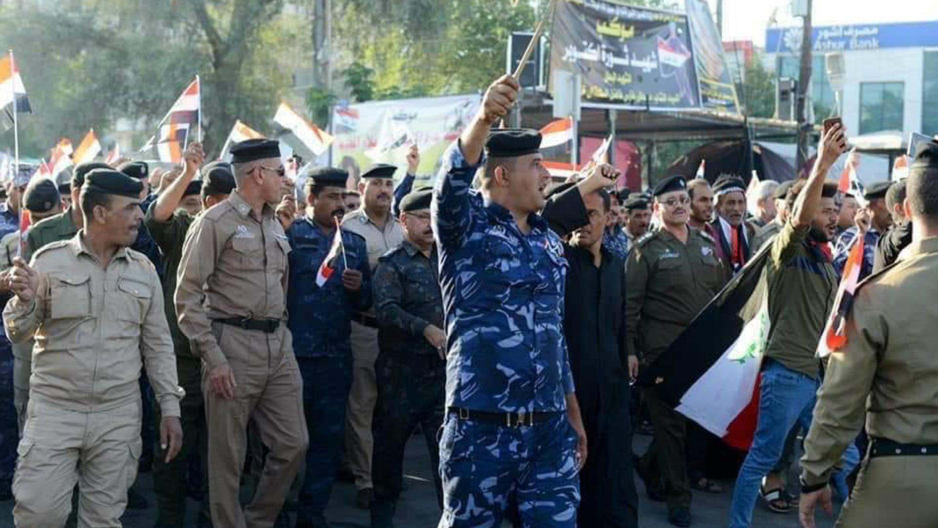 ضباط ورجال أمن يتظاهرون في كربلاء دعماً لباقي المحتجين