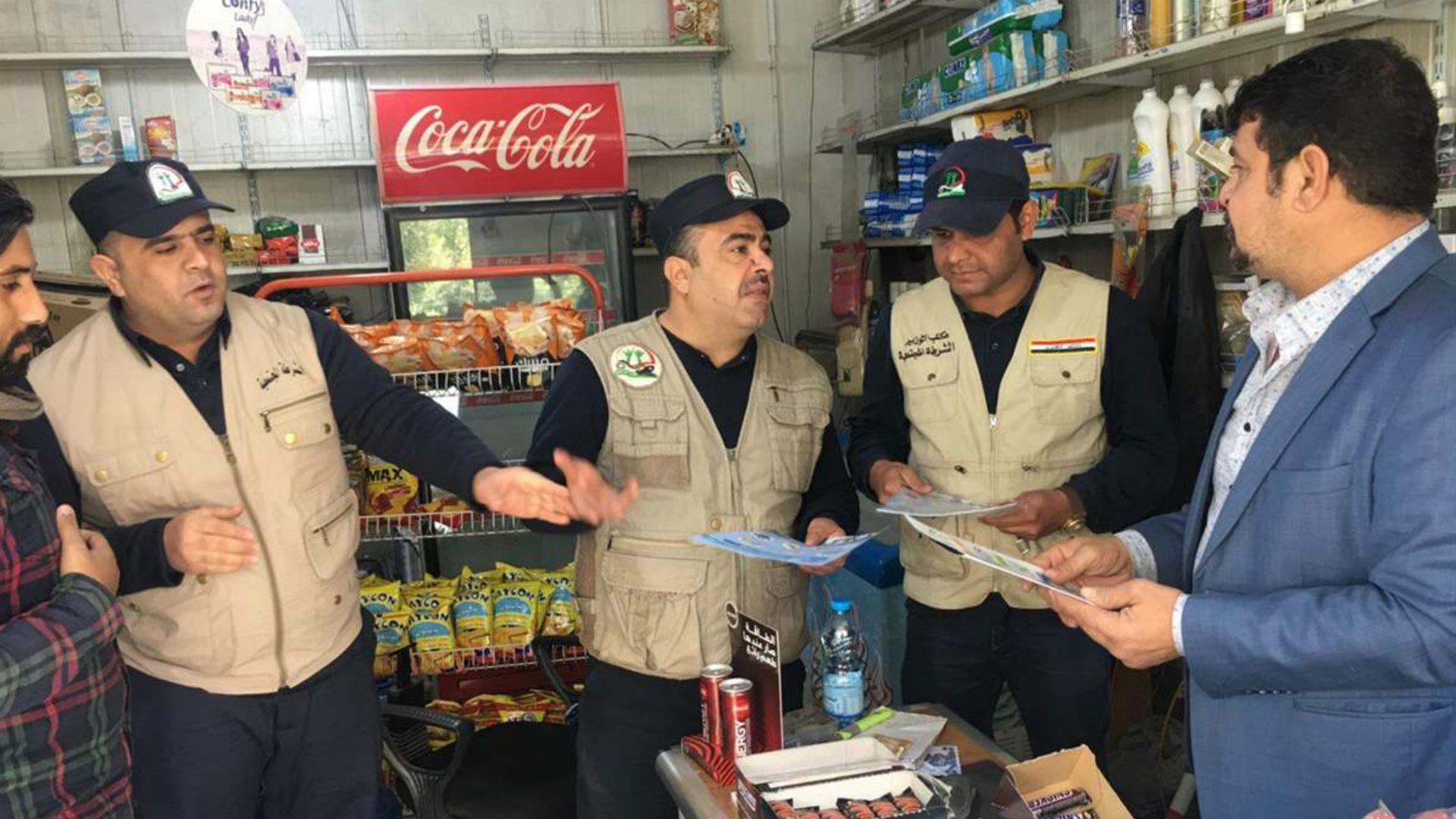 الشرطة المجتمعية تجول الأسواق لحث المواطنين على شراء المنتج الوطني