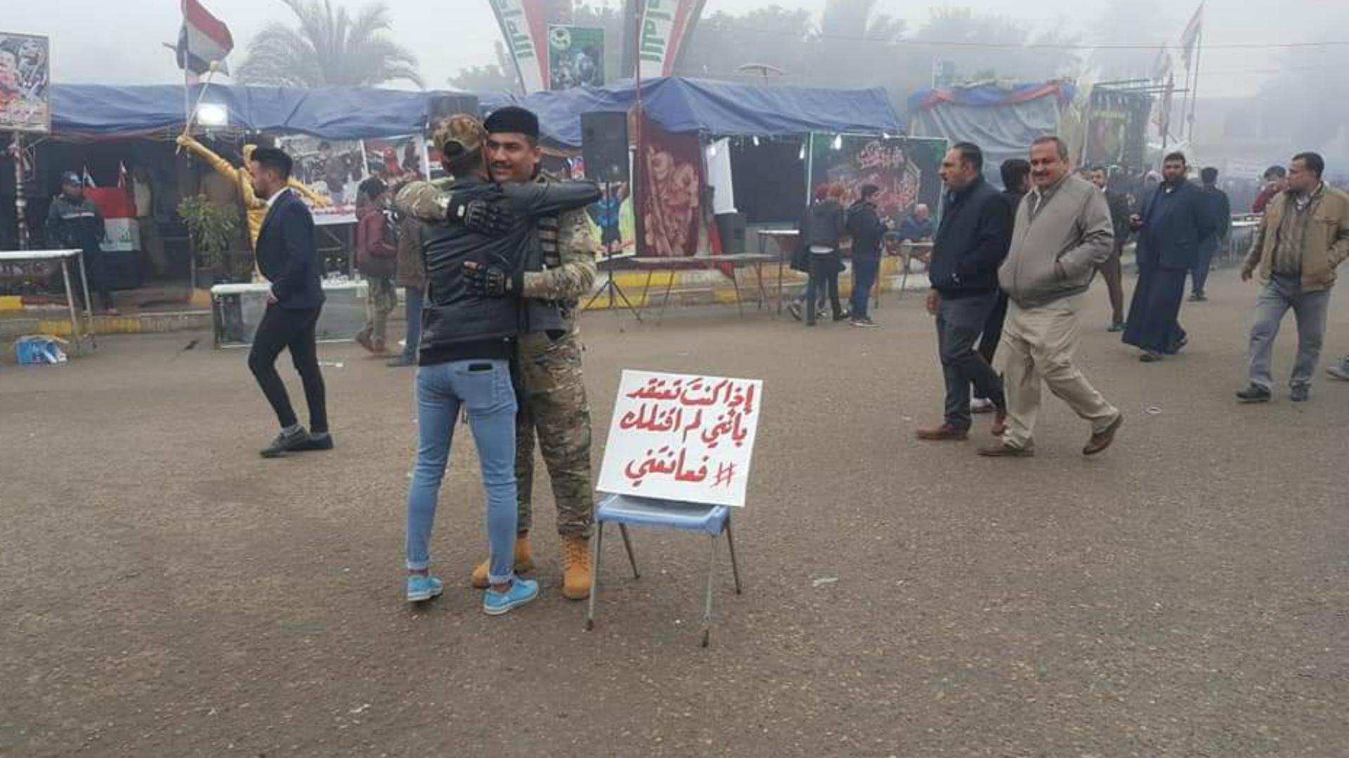 طابور من المتظاهرين في الديوانية يعانقون جندياً لم يقتلهم