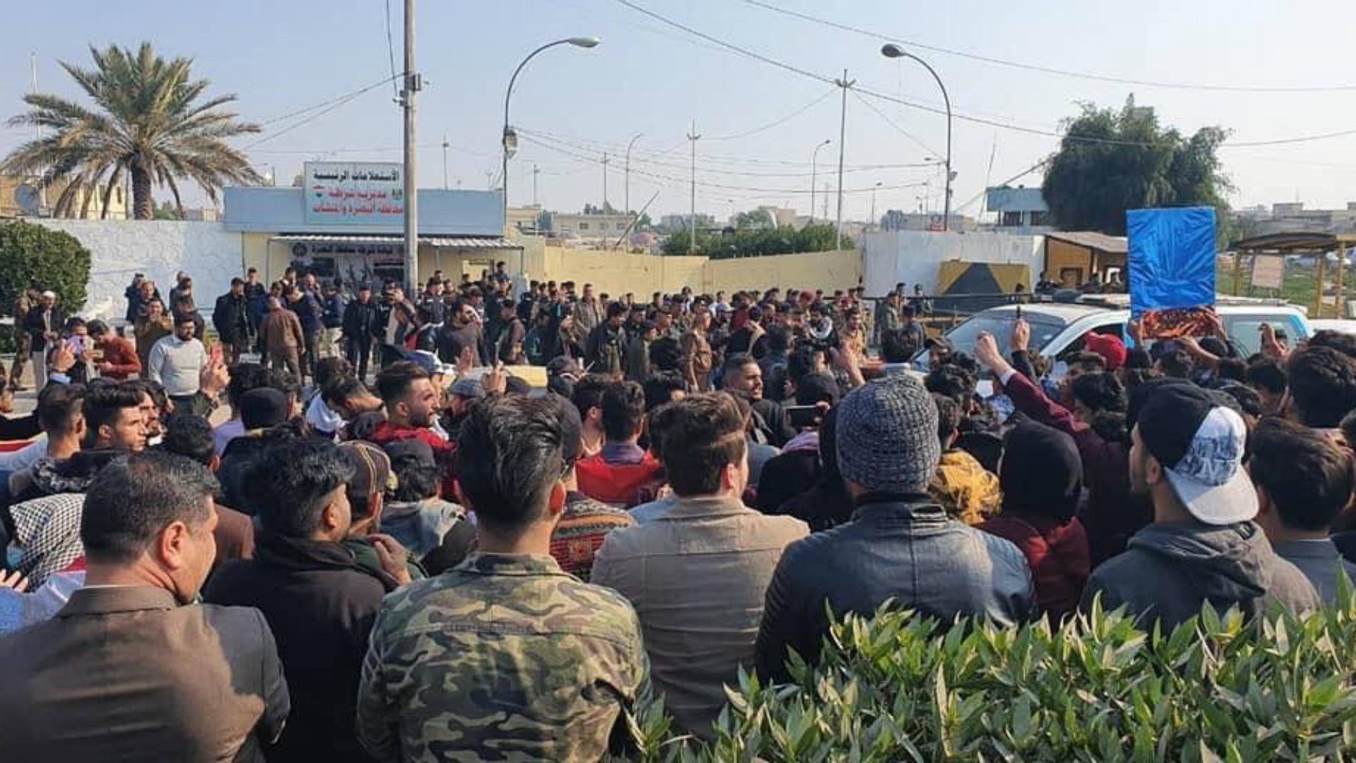 شرطة البصرة تفرج عن طلاب بعد احتجاجات خارج مقرها