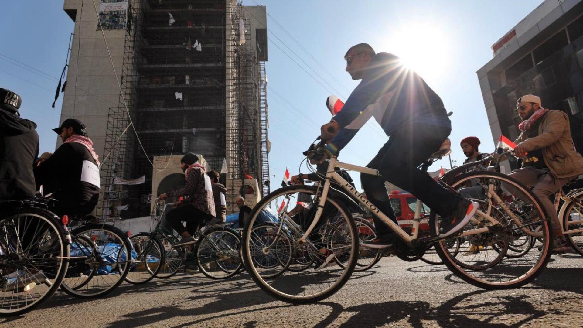 متظاهرون ينظمون فعالية للدراجات الهوائية في التحرير