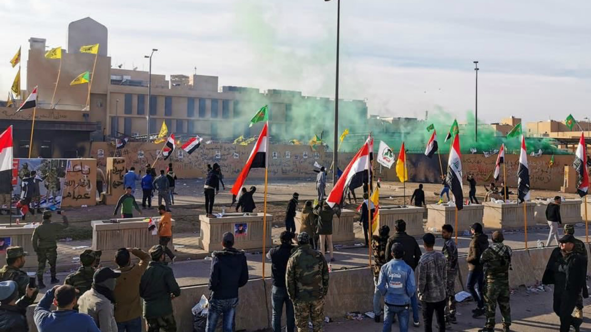 تشييع شهداء القوات الأمنية يتحول إلى تظاهرة خارج السفارة الأمريكية