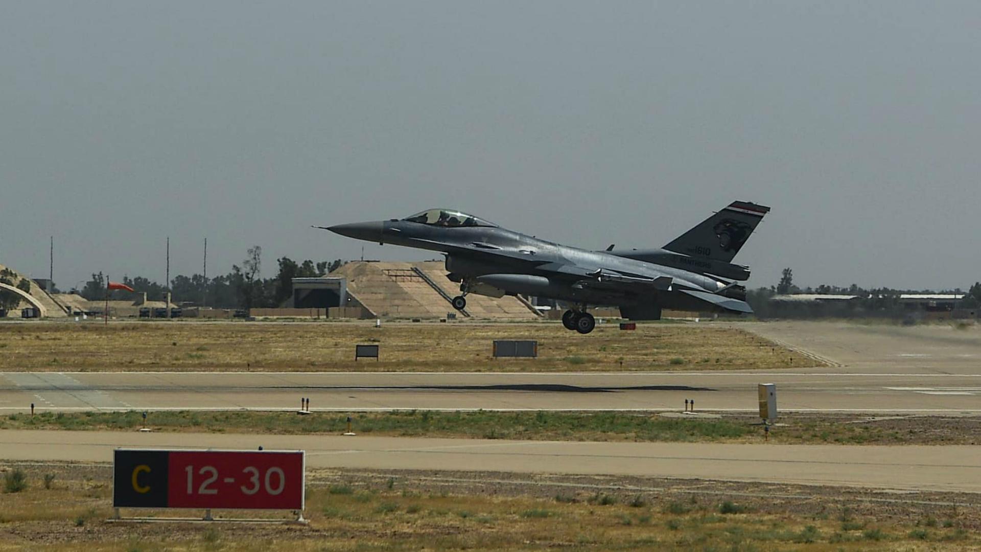 العمليات المشتركة: فنيون عراقيون يجهزون طائرات أف ١٦