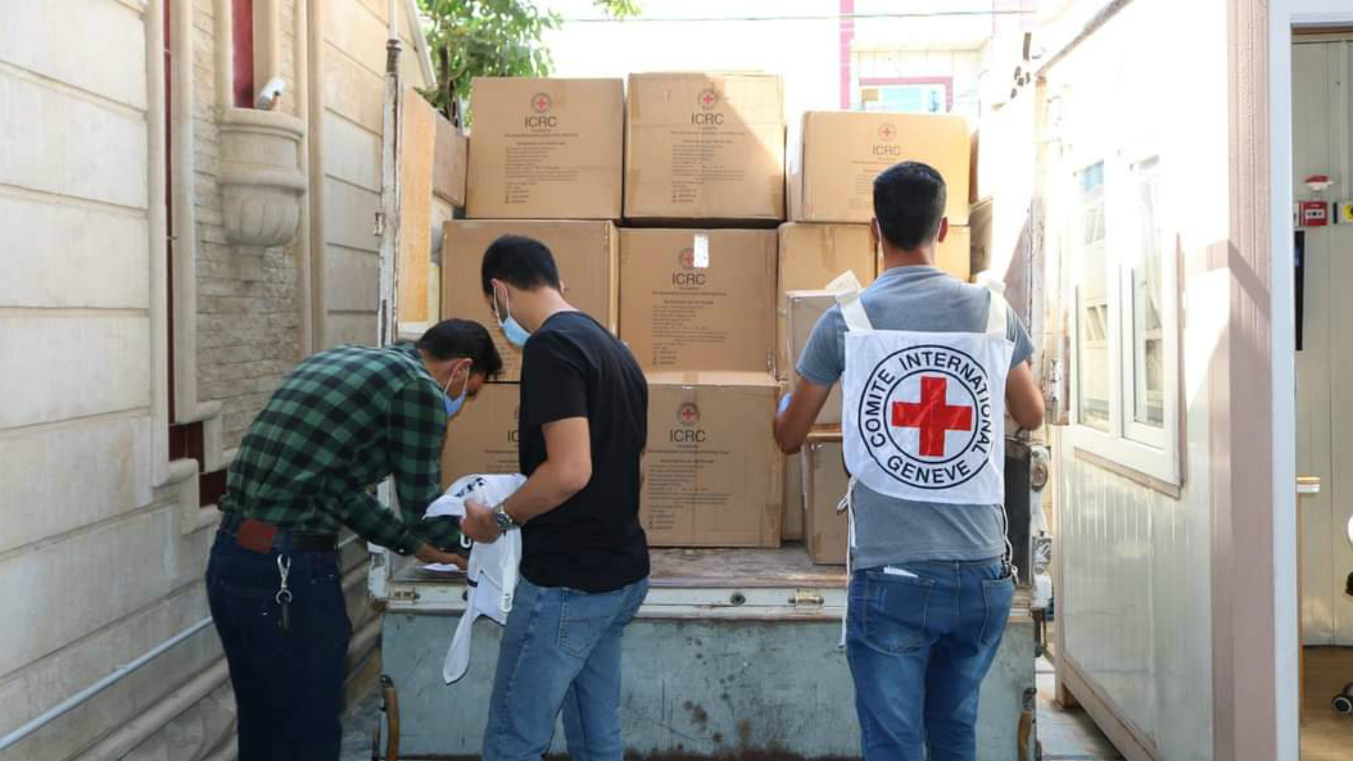 الصليب الأحمر يقدم منح مالية ومساعدت للنازحين العائدين في صلاح الدين