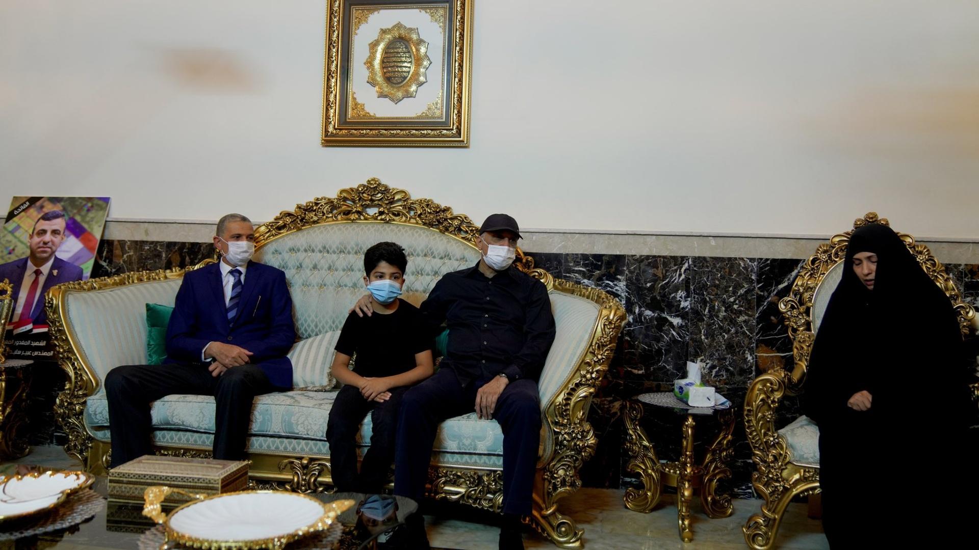 الكاظمي يزور عائلة رئيس بلدية كربلاء ويتوعد بمحاسبة قاتله